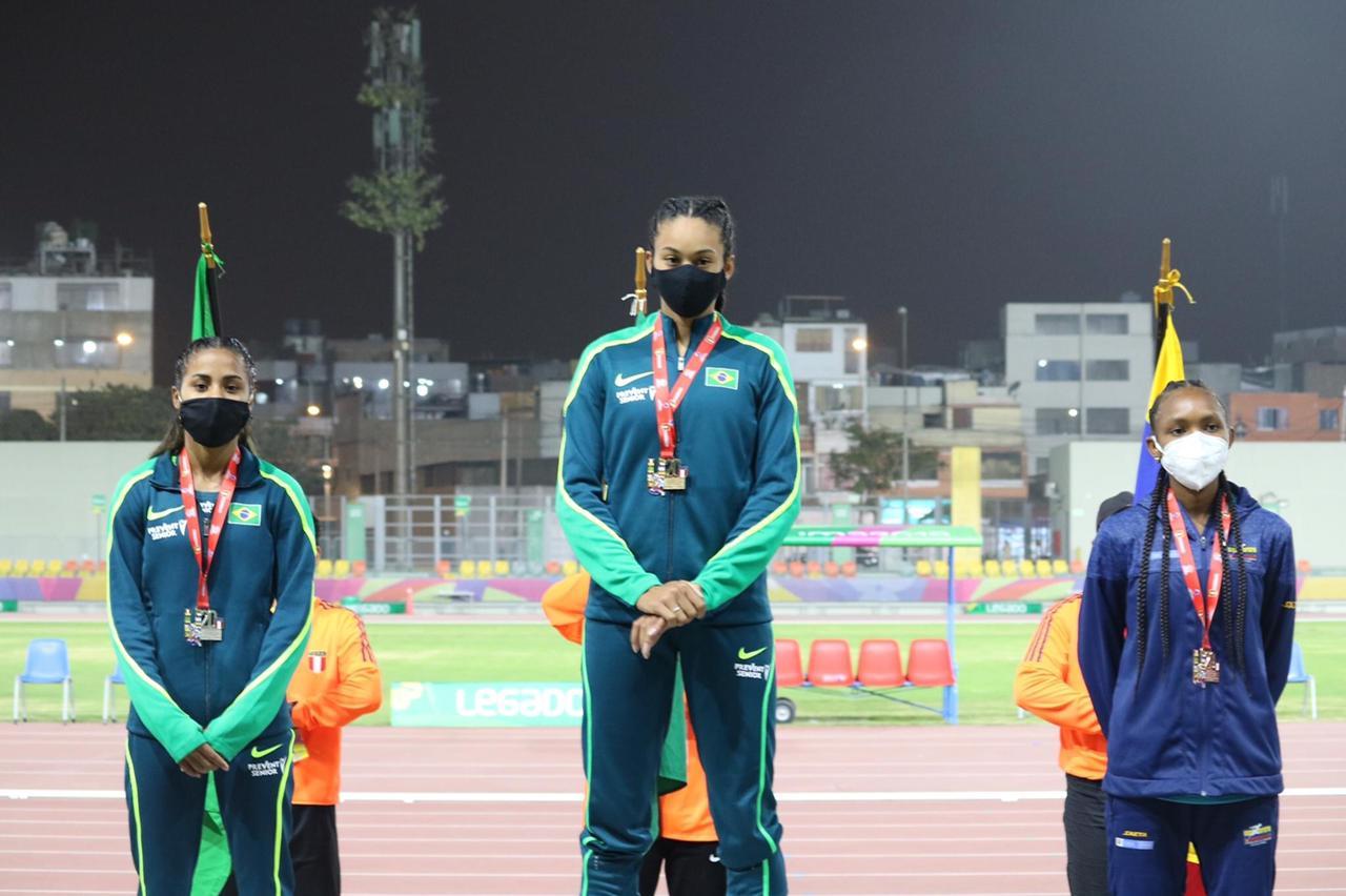 Taimara, à esquerda na foto, conquistou a medalha de Prata
