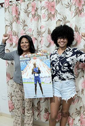 Sueli Alves Pereira, mãe do Alison e a amiga Laiza, que organizam a torcida