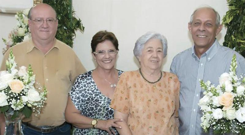 Dona Neyda Mantovani com os filhos Carlos Alberto (Zu), Alcinei e José Roberto.